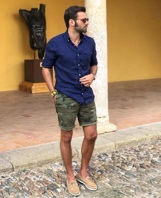 Dunkelblaues Langarmhemd kombinieren – 1200+ Herren Outfits: Kombinieren Sie ein dunkelblaues Langarmhemd mit olivgrünen Camouflage Shorts, um einen lockeren, aber dennoch stylischen Look zu erhalten. Hellbeige Wildleder Bootsschuhe sind eine ideale Wahl, um dieses Outfit zu vervollständigen.