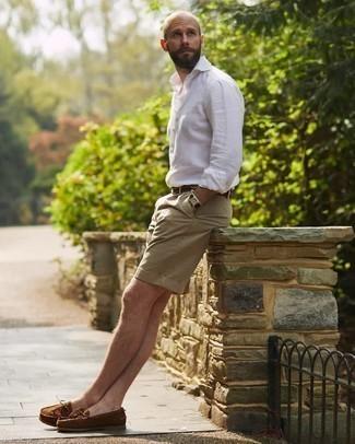 Bootsschuhe kombinieren – 590+ Herren Outfits: Kombinieren Sie ein weißes Leinen Langarmhemd mit beige Shorts, um mühelos alles zu meistern, was auch immer der Tag bringen mag. Dieses Outfit passt hervorragend zusammen mit Bootsschuhen.