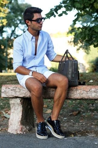Wie kombinieren: hellblaues Langarmhemd mit Vichy-Muster, weiße Shorts, schwarze Leder Brogues, dunkelgraue Leder Aktentasche