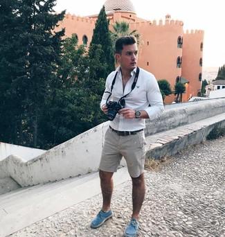 Wie kombinieren: weißes Langarmhemd, graue Shorts, blaue Segeltuch Espadrilles, dunkelbrauner Ledergürtel