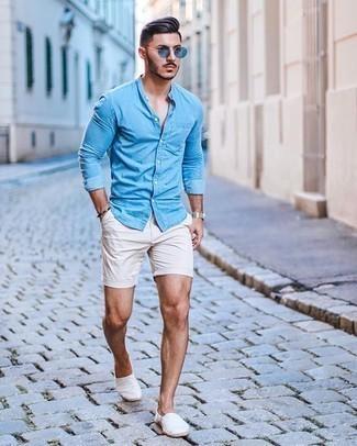 Weiße Shorts kombinieren – 308 Herren Outfits: Paaren Sie ein hellblaues Chambray Langarmhemd mit weißen Shorts für ein großartiges Wochenend-Outfit. Vervollständigen Sie Ihr Look mit weißen Segeltuch Espadrilles.
