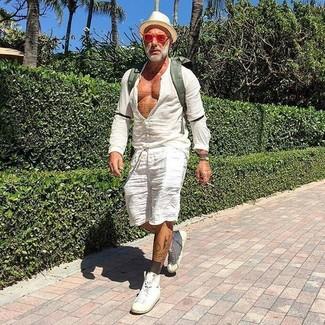 Wie kombinieren: weißes Leinen Langarmhemd, weiße Leinen Shorts, weiße hohe Sneakers aus Leder, olivgrüner Segeltuch Rucksack