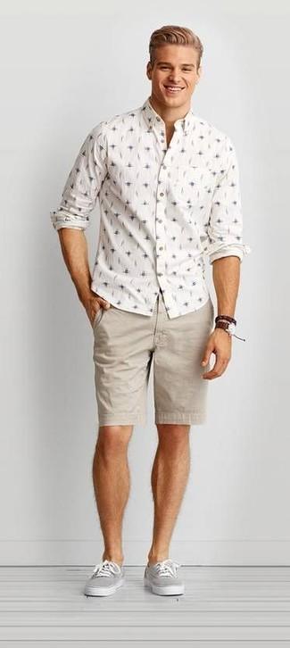 Wie kombinieren: weißes bedrucktes Langarmhemd, hellbeige Shorts, graue Segeltuch niedrige Sneakers, dunkelbraune Lederuhr