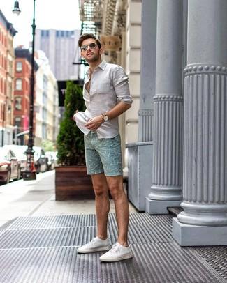Wie kombinieren: weißes Leinen Langarmhemd, mintgrüne bedruckte Shorts, weiße Segeltuch niedrige Sneakers, schwarze Sonnenbrille