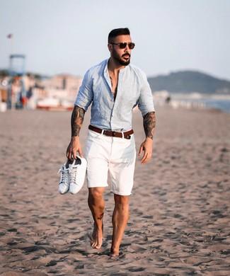 Wie kombinieren: hellblaues Leinen Langarmhemd, weiße Shorts, weiße Leder niedrige Sneakers, brauner geflochtener Segeltuchgürtel