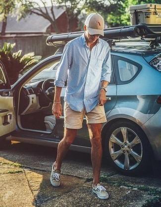 Herren Outfits & Modetrends 2020: Entscheiden Sie sich für ein hellblaues Langarmhemd mit Vichy-Muster und beige Shorts für ein sonntägliches Mittagessen mit Freunden. Hellbeige Segeltuch niedrige Sneakers sind eine ideale Wahl, um dieses Outfit zu vervollständigen.