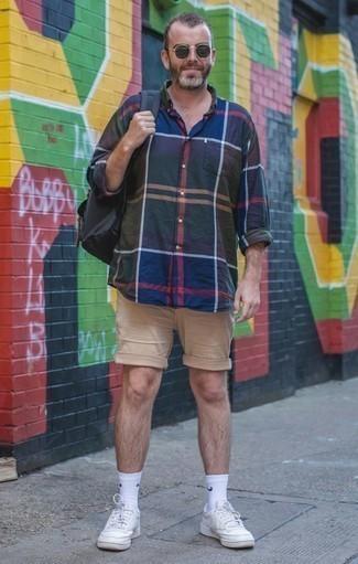 Dunkelblaues und grünes Langarmhemd mit Schottenmuster kombinieren – 246 Herren Outfits: Tragen Sie ein dunkelblaues und grünes Langarmhemd mit Schottenmuster und hellbeige Shorts für einen bequemen Alltags-Look. Weiße Segeltuch niedrige Sneakers sind eine perfekte Wahl, um dieses Outfit zu vervollständigen.