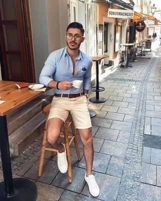 Hellbeige Shorts kombinieren – 331 Herren Outfits: Die Paarung aus einem hellblauen vertikal gestreiften Langarmhemd und hellbeige Shorts ist eine komfortable Wahl, um Besorgungen in der Stadt zu erledigen. Weiße Segeltuch niedrige Sneakers sind eine gute Wahl, um dieses Outfit zu vervollständigen.