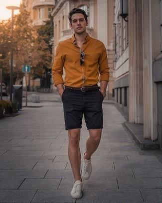 Herren Outfits 2020: Vereinigen Sie ein rotbraunes Langarmhemd mit dunkelblauen Shorts für ein bequemes Outfit, das außerdem gut zusammen passt. Weiße Segeltuch niedrige Sneakers sind eine perfekte Wahl, um dieses Outfit zu vervollständigen.