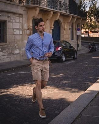Hellbeige Shorts kombinieren – 331 Herren Outfits: Vereinigen Sie ein weißes und blaues vertikal gestreiftes Langarmhemd mit hellbeige Shorts für ein bequemes Outfit, das außerdem gut zusammen passt. Braune Wildleder niedrige Sneakers sind eine großartige Wahl, um dieses Outfit zu vervollständigen.