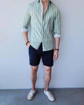 Dunkelblaue Shorts kombinieren – 500+ Herren Outfits: Entscheiden Sie sich für ein mintgrünes vertikal gestreiftes Langarmhemd und dunkelblauen Shorts für ein Alltagsoutfit, das Charakter und Persönlichkeit ausstrahlt. Graue Segeltuch niedrige Sneakers sind eine kluge Wahl, um dieses Outfit zu vervollständigen.