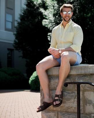 Wie kombinieren: gelbes Langarmhemd, hellblaue Shorts, dunkelbraune Wildledersandalen, silberne Sonnenbrille