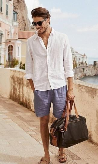 Dunkelbraune Leder Reisetasche kombinieren: trends 2020: Ein weißes Leinen Langarmhemd und eine dunkelbraune Leder Reisetasche sind das Outfit Ihrer Wahl für faule Tage. Fühlen Sie sich ideenreich? Komplettieren Sie Ihr Outfit mit beige Ledersandalen.
