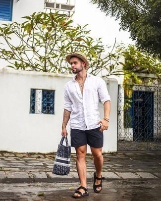 Herren Outfits & Modetrends 2020: Arbeitsreiche Tage verlangen nach einem einfachen, aber dennoch stylischen Outfit, wie zum Beispiel ein weißes Leinen Langarmhemd und schwarze Shorts. Wenn Sie nicht durch und durch formal auftreten möchten, komplettieren Sie Ihr Outfit mit schwarzen Segeltuchsandalen.