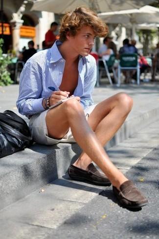 Wie kombinieren: weißes und blaues vertikal gestreiftes Langarmhemd, hellbeige Shorts, dunkelbraune Wildleder Slipper, schwarze Shopper Tasche aus Leder