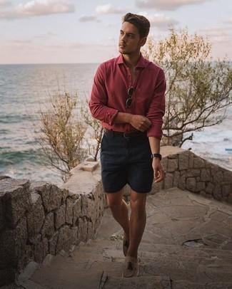 Herren Outfits 2020: Kombinieren Sie ein rotes Langarmhemd mit dunkelblauen Shorts für einen bequemen Alltags-Look. Beige Wildleder Slipper mit Quasten putzen umgehend selbst den bequemsten Look heraus.