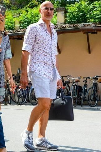 Dunkelblaue Segeltuch Aktentasche kombinieren: trends 2020: Für ein bequemes Couch-Outfit, kombinieren Sie ein weißes bedrucktes Langarmhemd mit einer dunkelblauen Segeltuch Aktentasche. Schalten Sie Ihren Kleidungsbestienmodus an und machen hellblauen Sportschuhe zu Ihrer Schuhwerkwahl.