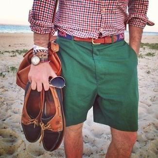 Wie kombinieren: weißes und rotes und dunkelblaues Langarmhemd mit Vichy-Muster, dunkelgrüne Shorts, rotbraune Leder Sporttasche, dunkelblauer bedruckter Segeltuchgürtel