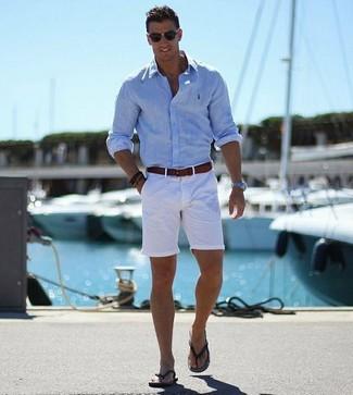 Wie kombinieren: hellblaues Langarmhemd, weiße Shorts, schwarze Zehensandalen, dunkelbrauner Ledergürtel