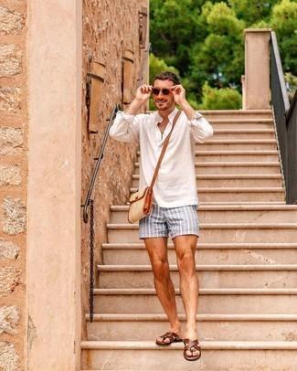 Zehensandalen kombinieren – 167 Herren Outfits: Kombinieren Sie ein weißes Langarmhemd mit grauen vertikal gestreiften Shorts für ein sonntägliches Mittagessen mit Freunden. Warum kombinieren Sie Ihr Outfit für einen legereren Auftritt nicht mal mit Zehensandalen?
