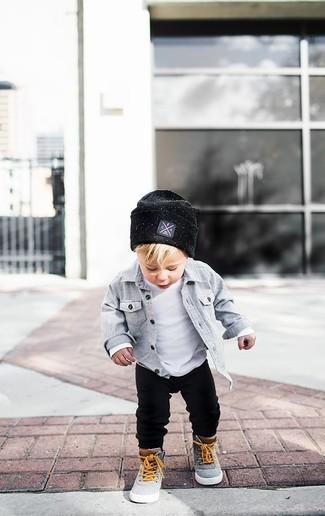Wie kombinieren: graues Langarmhemd, weißes T-shirt, schwarze Jogginghose, graue Turnschuhe