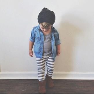 Wie kombinieren: blaues Jeanslangarmhemd, graues T-shirt, graue Jogginghose, braune Stiefel
