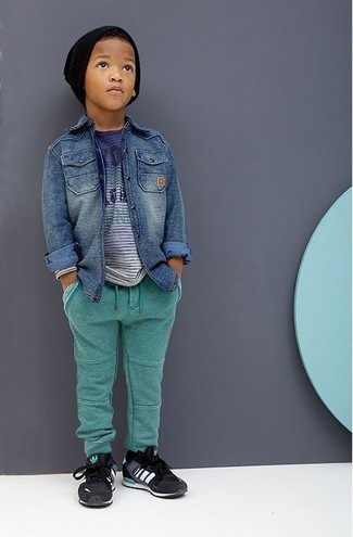 Wie kombinieren: blaues Jeanslangarmhemd, blaues T-shirt, grüne Jogginghose, schwarze Turnschuhe