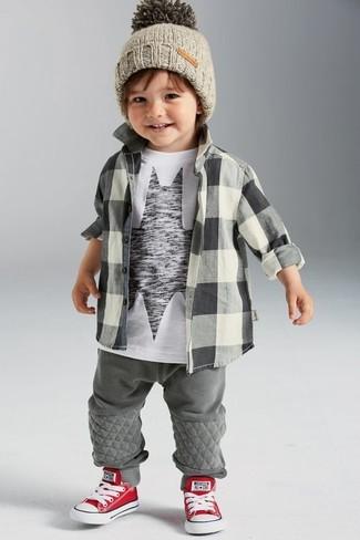 Wie kombinieren: graues Langarmhemd mit Karomuster, weißes und schwarzes bedrucktes T-shirt, graue Jogginghose, rote und weiße Turnschuhe