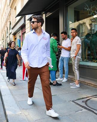 Wie kombinieren: hellblaues vertikal gestreiftes Langarmhemd, weißes T-Shirt mit einem Rundhalsausschnitt, braune Anzughose, weiße niedrige Sneakers