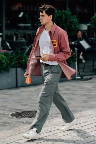 Wie kombinieren: rotes Chambray Langarmhemd, weißes bedrucktes T-Shirt mit einem Rundhalsausschnitt, graue Anzughose mit Karomuster, weiße Leder niedrige Sneakers