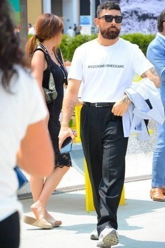 Schwarze Anzughose kombinieren: trends 2020: Entscheiden Sie sich für ein hellblaues Langarmhemd und eine schwarze Anzughose für eine klassischen und verfeinerte Silhouette. Fühlen Sie sich mutig? Komplettieren Sie Ihr Outfit mit weißen Sportschuhen.