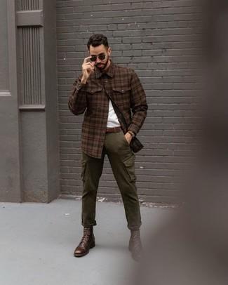 Dunkelbraune Lederfreizeitstiefel kombinieren für Frühling: trends 2020: Kombinieren Sie ein braunes Flanell Langarmhemd mit Schottenmuster mit einer olivgrünen Cargohose für ein großartiges Wochenend-Outfit. Komplettieren Sie Ihr Outfit mit einer dunkelbraunen Lederfreizeitstiefeln, um Ihr Modebewusstsein zu zeigen. Der Look ist mega und passt super zu der Übergangszeit.