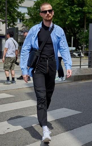 Schwarze Cargohose kombinieren – 65 Herren Outfits: Entscheiden Sie sich für ein blaues vertikal gestreiftes Langarmhemd und eine schwarze Cargohose für ein Alltagsoutfit, das Charakter und Persönlichkeit ausstrahlt. Fühlen Sie sich mutig? Wählen Sie weißen Sportschuhe.