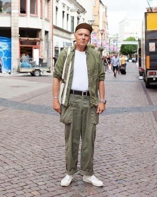 60 Jährige: Outfits Herren 2021: Kombinieren Sie ein olivgrünes Langarmhemd mit einer olivgrünen Cargohose für ein bequemes Outfit, das außerdem gut zusammen passt. Komplettieren Sie Ihr Outfit mit weißen Segeltuch niedrigen Sneakers.