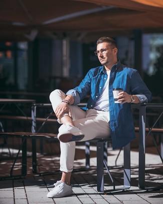 Wie kombinieren: blaues Chambray Langarmhemd, weißes T-Shirt mit einem Rundhalsausschnitt, hellbeige Chinohose, weiße Leder niedrige Sneakers