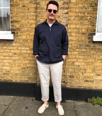 Wie kombinieren: dunkelblaues Langarmhemd, weißes T-Shirt mit einem Rundhalsausschnitt, weiße Chinohose, weiße niedrige Sneakers