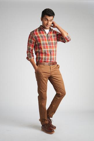 Herren Outfits & Modetrends: Kombinieren Sie ein rotes Langarmhemd mit Schottenmuster mit einer braunen Chinohose, um einen lockeren, aber dennoch stylischen Look zu erhalten. Dieses Outfit passt hervorragend zusammen mit braunen Leder Bootsschuhen.
