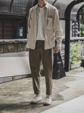 Olivgrüne Chinohose kombinieren: trends 2020: Vereinigen Sie ein hellbeige Langarmhemd mit einer olivgrünen Chinohose für ein bequemes Outfit, das außerdem gut zusammen passt. Fühlen Sie sich mutig? Komplettieren Sie Ihr Outfit mit weißen hohen Sneakers aus Segeltuch.