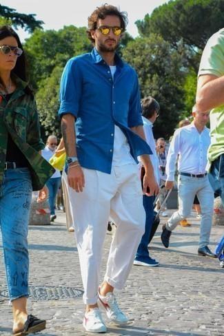Goldene Sonnenbrille kombinieren: trends 2020: Für ein bequemes Couch-Outfit, kombinieren Sie ein blaues Chambray Langarmhemd mit einer goldenen Sonnenbrille. Fühlen Sie sich mutig? Entscheiden Sie sich für weißen Segeltuch niedrige Sneakers.