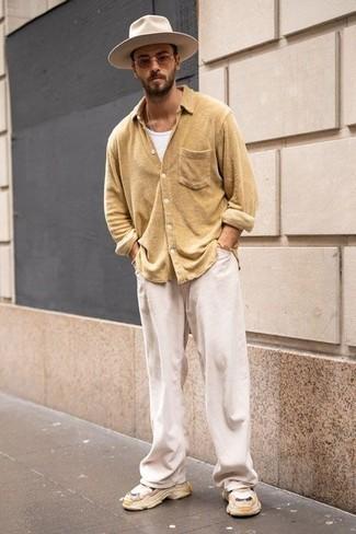 Weiße Cord Chinohose kombinieren – 9 Herren Outfits: Erwägen Sie das Tragen von einem beige Langarmhemd und einer weißen Cord Chinohose, um einen lockeren, aber dennoch stylischen Look zu erhalten. Fühlen Sie sich ideenreich? Wählen Sie beige Sportschuhe.