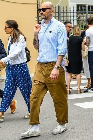 40 Jährige: Hellblaues vertikal gestreiftes Langarmhemd kombinieren – 16 Herren Outfits: Kombinieren Sie ein hellblaues vertikal gestreiftes Langarmhemd mit einer beige Chinohose, um mühelos alles zu meistern, was auch immer der Tag bringen mag. Weiße Leder niedrige Sneakers sind eine gute Wahl, um dieses Outfit zu vervollständigen.