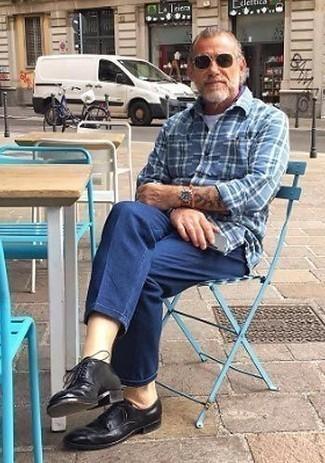 50 Jährige: Dunkelblaues und grünes Langarmhemd mit Schottenmuster kombinieren – 8 Herren Outfits: Entscheiden Sie sich für ein dunkelblaues und grünes Langarmhemd mit Schottenmuster und eine blaue Chinohose für ein Alltagsoutfit, das Charakter und Persönlichkeit ausstrahlt. Machen Sie Ihr Outfit mit schwarzen Leder Derby Schuhen eleganter.