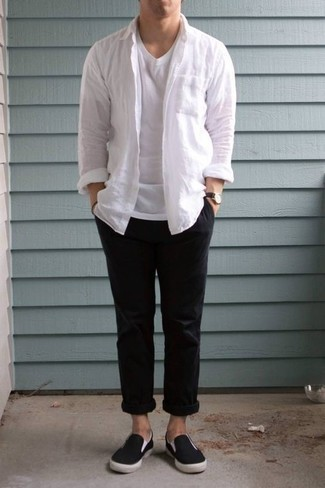 Herren Outfits & Modetrends 2020: Paaren Sie ein weißes Langarmhemd mit einer schwarzen Chinohose für ein bequemes Outfit, das außerdem gut zusammen passt. Schwarze Slip-On Sneakers aus Segeltuch sind eine großartige Wahl, um dieses Outfit zu vervollständigen.