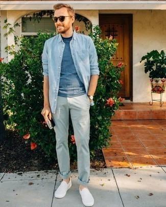 Weiße Slip-On Sneakers aus Segeltuch kombinieren – 54 Herren Outfits: Kombinieren Sie ein hellblaues Chambray Langarmhemd mit einer hellblauen Chinohose, um mühelos alles zu meistern, was auch immer der Tag bringen mag. Weiße Slip-On Sneakers aus Segeltuch fügen sich nahtlos in einer Vielzahl von Outfits ein.
