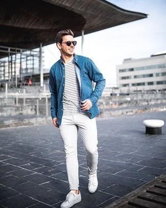 Weißes und schwarzes horizontal gestreiftes T-Shirt mit einem Rundhalsausschnitt kombinieren – 475 Herren Outfits: Für ein bequemes Couch-Outfit, tragen Sie ein weißes und schwarzes horizontal gestreiftes T-Shirt mit einem Rundhalsausschnitt und eine graue vertikal gestreifte Chinohose. Weiße Segeltuch niedrige Sneakers sind eine gute Wahl, um dieses Outfit zu vervollständigen.