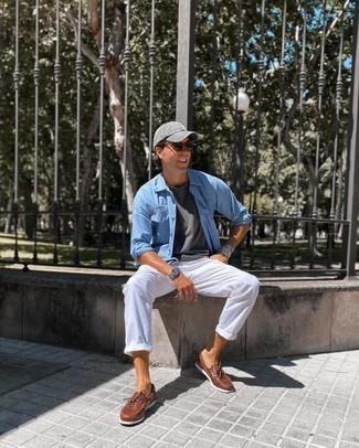 Hellblaues Langarmhemd kombinieren – 500+ Herren Outfits: Entscheiden Sie sich für ein hellblaues Langarmhemd und eine weiße Chinohose für ein bequemes Outfit, das außerdem gut zusammen passt. Braune Leder Bootsschuhe sind eine ideale Wahl, um dieses Outfit zu vervollständigen.