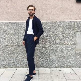 Dunkelblaues Langarmhemd kombinieren – 1200+ Herren Outfits: Kombinieren Sie ein dunkelblaues Langarmhemd mit einer dunkelblauen Chinohose für ein Alltagsoutfit, das Charakter und Persönlichkeit ausstrahlt. Machen Sie diese Aufmachung leger mit dunkelblauen Wildleder niedrigen Sneakers.