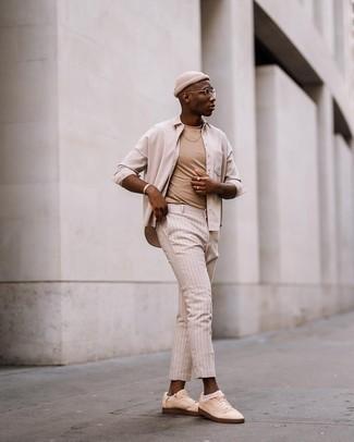 Weiße Sneakersocken kombinieren – 348 Herren Outfits: Kombinieren Sie ein hellbeige Langarmhemd mit weißen Sneakersocken für einen entspannten Wochenend-Look. Fühlen Sie sich ideenreich? Vervollständigen Sie Ihr Outfit mit hellbeige Segeltuch niedrigen Sneakers.