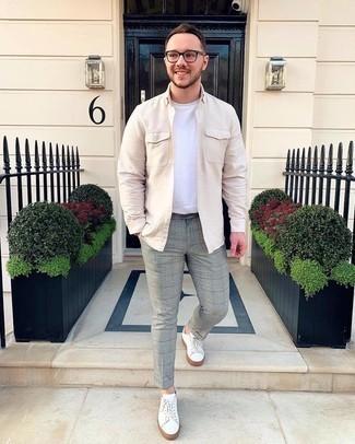 Weiße Sneakersocken kombinieren – 348 Herren Outfits: Ein hellbeige Langarmhemd und weiße Sneakersocken sind das Outfit Ihrer Wahl für faule Tage. Fühlen Sie sich ideenreich? Vervollständigen Sie Ihr Outfit mit weißen Segeltuch niedrigen Sneakers.