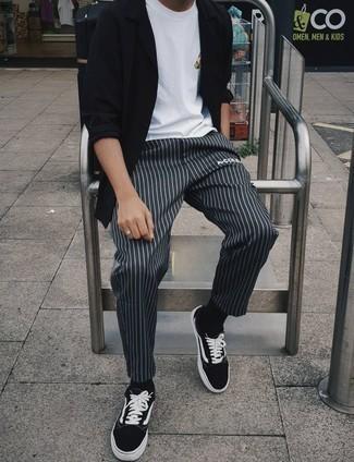 Schwarze und weiße Segeltuch niedrige Sneakers kombinieren – 823+ Herren Outfits: Kombinieren Sie ein schwarzes Langarmhemd mit einer dunkelgrauen vertikal gestreiften Chinohose, um mühelos alles zu meistern, was auch immer der Tag bringen mag. Vervollständigen Sie Ihr Look mit schwarzen und weißen Segeltuch niedrigen Sneakers.